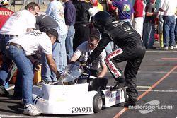 L'équipe de Justin Cassityís fait les derniers ajustements sur son kart lors d'un arrêt au stand