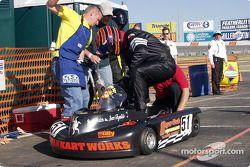Kevin Colborn (Supertech) lance le moteur alors que Matt Jester monte dans son cockpit