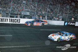 Crash: Dale Jarrett, Robert Yates Racing, Ford Taurus