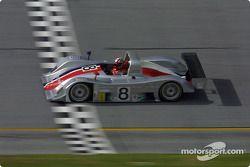 Le Rand Racing Nissan coupe la ligne d'arrivée à Daytona