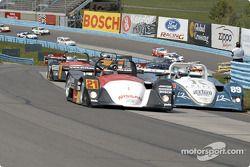Andy Lally et la Archangel Motorsport Services Nissan Lola mènent le peloton dans les esses