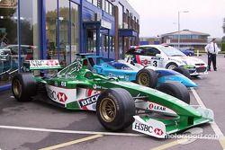 Autos de Formula 1, CART y Rally fuera de la fábrica de Cosworth
