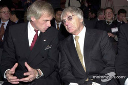 Gustav Brunner y Bernie Ecclestone