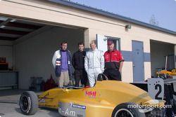 Arden Weatherford (Fran-Am), Telo Stewart (World Speed), le pilote MMI Michael McDowell et Bill Mayer, propriétaire de l'équipe MMI