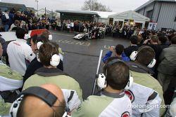 Les mécaniciens BAR pour la première démonstration de la BAR Honda 004