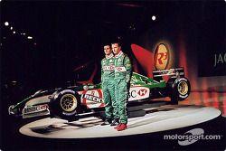 Eddie Irvine y Pedro de la Rosa en el nuevo Jaguar R3