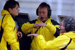 Giancarlo Fisichella discutiendo con los ingenieros