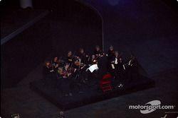 Les musiciens divertissent les médais et les invités
