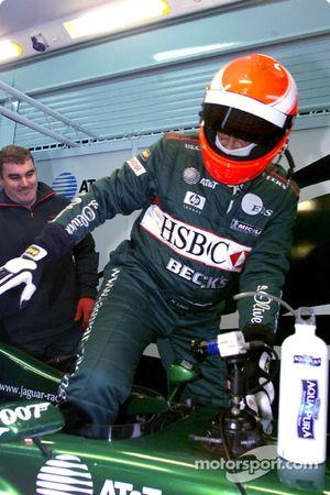 Niki Lauda tomando su lugar en el Jaguar R2