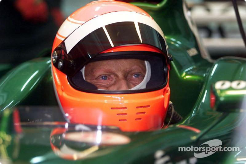 Ники Лауда за рулем Jaguar в 2002 году