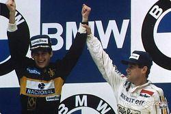 El ganador, Ayrton Senna con Patrick Tambay en el podium