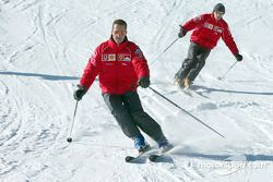 Michael Schumacher ve Luca Badoer, skis