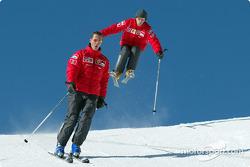 Michael Schumacher y Luca Badoer con skis