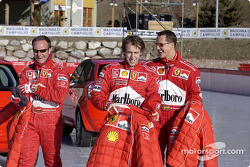 Rubens Barrichello, Luca Badoer y Michael Schumacher preparándose para un día de diversión