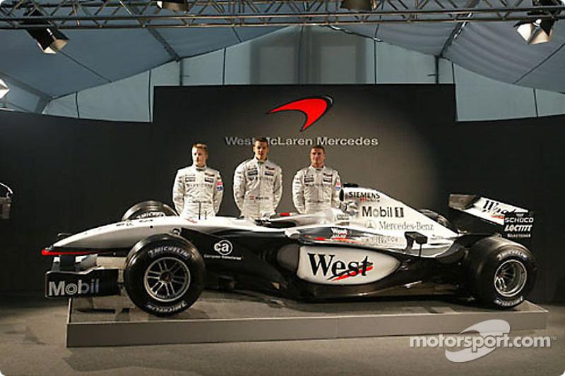 Kimi Raikkonen, Alexander Wurz y David Coulthard presentando el nuevo McLaren Mercedes MP4-17