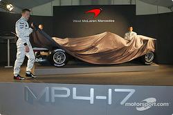 Kimi Raikkonen, Alexander Wurz y David Coulthard con el nuevo McLaren Mercedes MP4-17