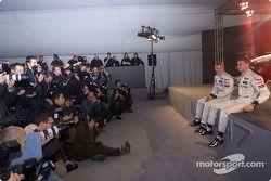 Kimi Raikkonen y David Coulthard frente a más de 300 representantes de la prensa que acudieron a la