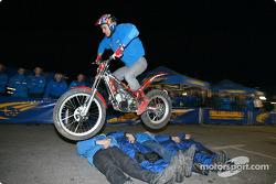 El acróbata Steve Collie salta sobre algunos de los mecánicos de SWRT