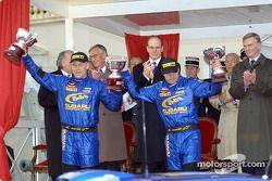 Le podium: Tommi Makinen et son copilote Kaj Lindstrom avec le Prince Albert et Max Mosley