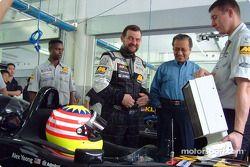 Alex Yoong et Paul Stoddart avec le vice-premier ministre de Malaisie, Dato' Seri Dr Abdullah Ahmad Badawi