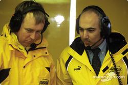 El director técnico, Eghbal Hamidy discutiendo con un miembro del equipo