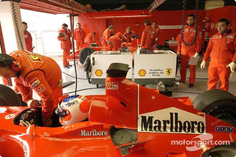 Rubens Barrichello en el garage de Ferrari