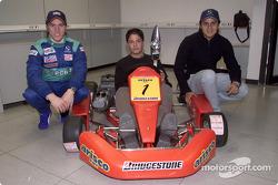 Nick Heidfeld y Felipe Massa entregando trofeos a los ganadores de una competencia de karting