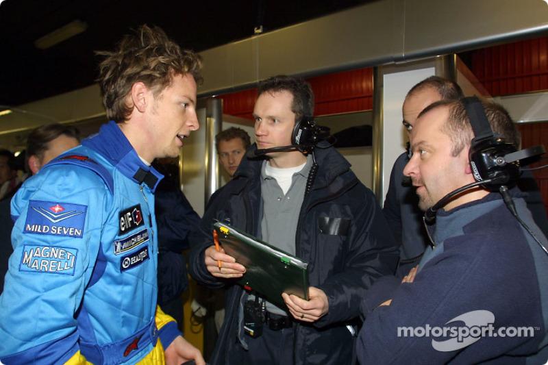 Jenson Button discutiendo con los ingenieros