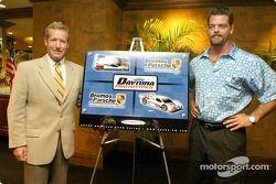 Hurley Haywood et JC France posent avec un rendu artistique du nouveau Daytona Prototype qu'ils pilo