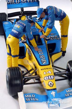 Jarno Trulli et Jenson Button regardent la nouvelle Renault F1 R202