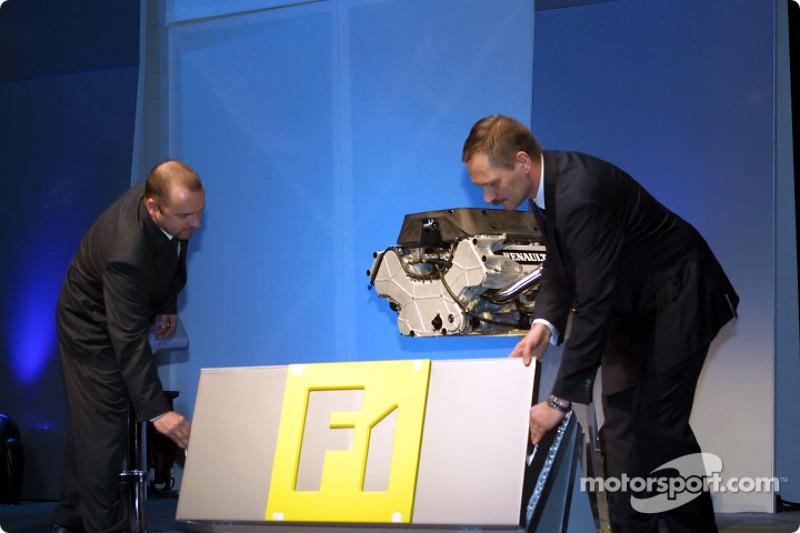 Mike Gascoyne y Jean-Jacques His el motor RS22 V10