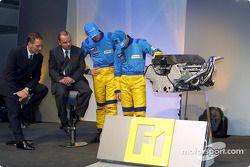 Jenson Button et Mike Gascoyne regardent le moteur