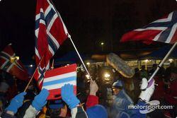 Le pilote Subaru Petter Solbert acclamé par ses fans à Hagfors