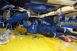 Les mécaniciens SWRT s'occupent de l'Impreza WRC