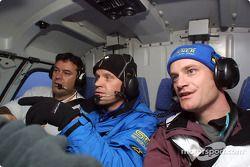 Le pilote Subaru Tommi Makinen s'en va dans l'hélicoptère de la télévision du WRC après son abandon dans la SS4