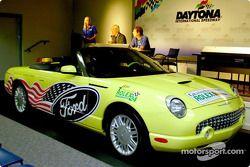 Rogert Edmondson, président du Grand America, et Sam Scott, manager de Ford Division Racing Marketin