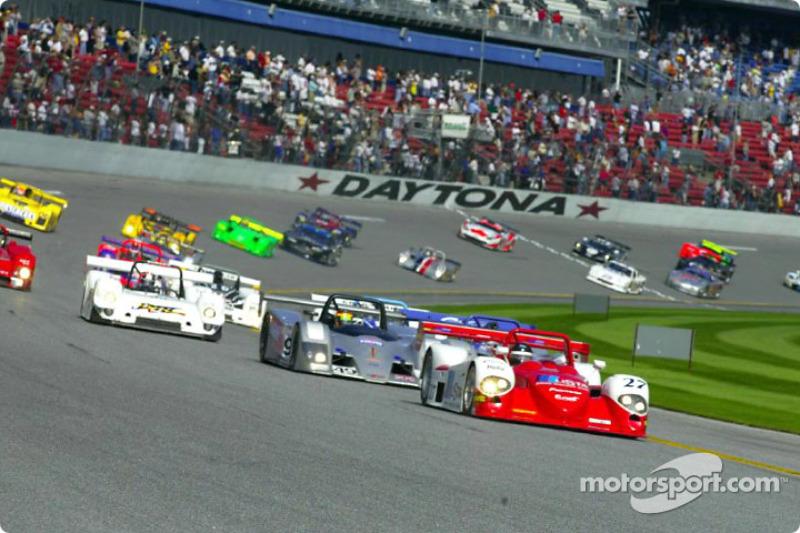 Didier Theys prend la tête alors que le peloton entre dans le premier virage au départ des 24 Heures de Daytona 2002