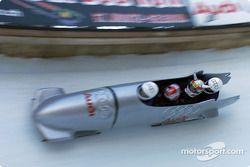 Intercambiando un auto Audi con un bobsled Aud: Rinaldo Capello y Tom Kristensen deslizándose por la