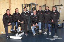 El Dr Wolfgang Ullrich, Jefe de Audi Sport (al centro, sentado) junto con los pilotos de trabajo de Audi (de izquierda a derecha) Christian Pescatori, Johnny Herbert, Rinaldo Capello, Frank Biela, Emanuele Pirro y Tom Kristensen