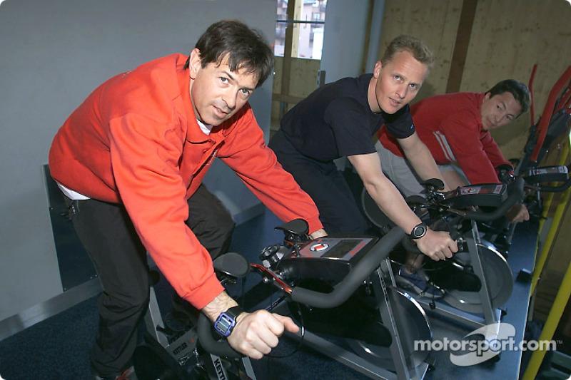 Rinaldo Capello, Johnny Herbert y Christian Pescatori (de izquierda a derecha) trabajan juntos rumbo al éxito: los tres pilotos de trabajo de Audi comparten la cabina del Infineon Audi R8 en Le Mans