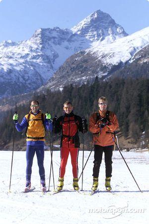 Los pilotos de trabajo Audi (de izquierda a derecha) Emanuele Pirro, Tom Kristensen y Frank Biela esquiando a campo traviesa en St. Moritz