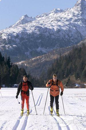 Cambiando el auto de carreras por los esquís a campo traviesa: Tom Kristensen (izquierda) y Frank Biela en el campamento de acondicionamiento físico de St. Moritz