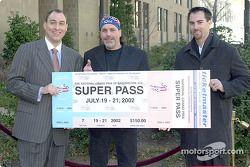 Chris Lencheski, Robbie Knievel et Bryan Herta avec le super pass