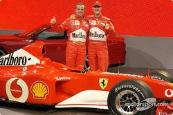 Rubens Barrichello y Michael Schumacher con el nuevo Ferrari F2002