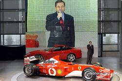 Jean Todt presentando el nuevo Ferrari F2002