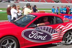 Terry Dale dans une Ford spéciale
