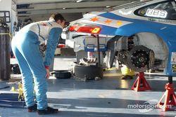 Randy Pobst inspecte sa voiture rapidement