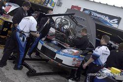 El Viagra Ford Taurus de Mark Martin se somete a un cambio de motor en el área de garaage de Daytona
