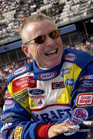 Mark Martin con un patrocinador especial, Kraft, muestra una sonrisa especial antes de la carrera