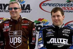 Ryan Newman compartiendo el escenario de presentaciones con el veterano piloto, Dale Jarrett
